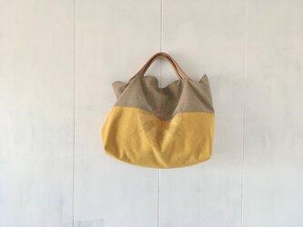 たんぽぽ色とカフェオレ色の鞄の画像