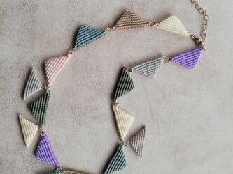 ネックレス 三角モチーフ マルチカラ― マクラメレースの画像
