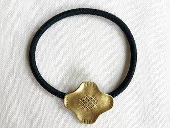 ヘアゴム ひし形のお花 真鍮の画像