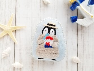 こどもペンギンのふかふか刺しゅうブローチ(かき氷)【夏季限定・受注制作】 刺繍の画像