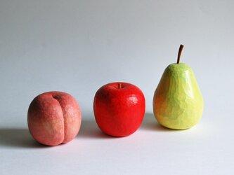 木彫りの桃とりんごと洋なしの画像