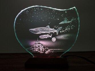 ジンベイザメ・マンタ・モンサンミッシェル ガラスエッチングパネル・LEDスタンドセット(ランプ・ライト・照明)の画像