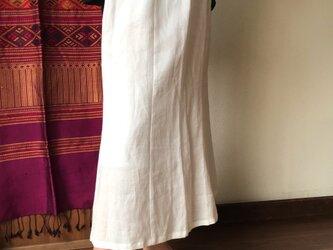 素材感を楽しめるシンプルな6枚はぎのリネンスカート 白の画像