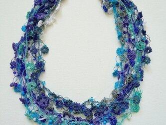 ビジューの刺繡ネックレス フラワー・ジュエル ブルー&グレーの画像
