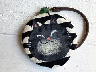 黒トラ猫の丸型ポーチ〈モノトーン〉の画像