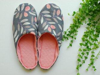 秋の花模様 ルームシューズ スリッパ 北欧 グレー ピンク ニットキルト 手洗いOKの画像