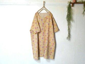 ゆったり着てね くすみイエロー 柔らか綿麻ワンピース ~ 五分袖 膝丈ワンピース の画像