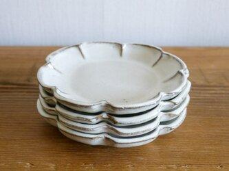 白色の輪花皿の画像