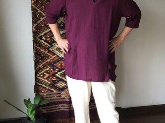 片袖ピンタックとダブルループ裾のコットンブラウス 紫の画像