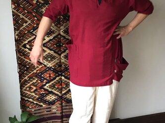 片袖ピンタックとダブルループ裾のコットンブラウス 赤の画像