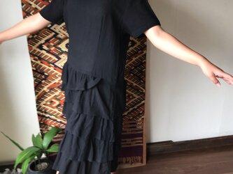 裾の5段フリルが可愛いミドル丈のマーメイドワンピース 黒の画像