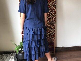 裾の5段フリルが可愛いミドル丈のマーメイドワンピース 紺の画像
