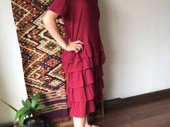 裾の5段フリルが可愛いミドル丈のマーメイドワンピース 赤の画像