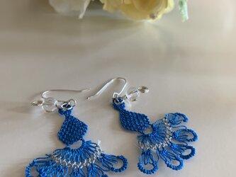 綺麗な青色のピアス 縫い針で編むアクセサリーの画像