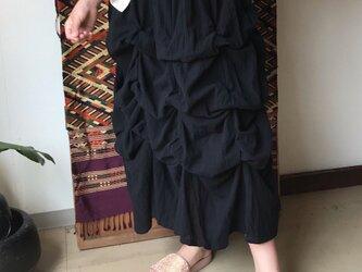 27か所の留めループで自由自在にデザインが楽しめるコットンスカート 黒の画像