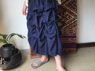 27か所の留めループで自由自在にデザインが楽しめるコットンスカート 紺の画像