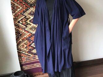 ハイカラーが嬉しいカシュクール前開きワンピース丈のコットンブラウス 紺の画像