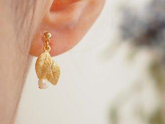 ノンホールピアス/ピアス 小さな葉っぱと淡水パールの画像