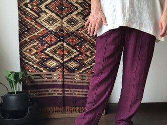 格子ピンタックですっきりみせるメンズコットンパンツ 紫の画像