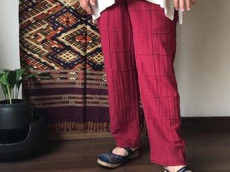 格子ピンタックですっきりみせるメンズコットンパンツ 赤の画像