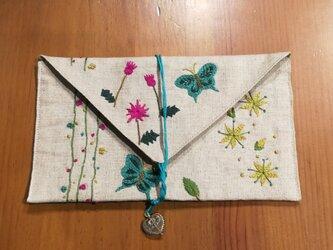 【再再販】☆一点物☆手刺繍リネンのポーチ(お花畑と蝶々)の画像