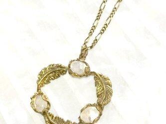 羽のリースのネックレス  〈真鍮製/ラブラドライト(白)の画像