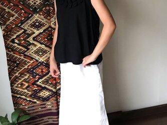 フリル襟が可愛いノースリーブのコットンブラウス 黒の画像