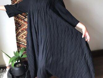 贅沢なピンタックが嬉しいロング丈の変わり裾ラインコットンワンピース 黒の画像