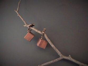 イヤリングCUBEアサンスギ 木彫り 1個から買えます の画像