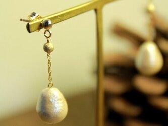 小さなコットンパールのしずくピアス(14kgf)の画像