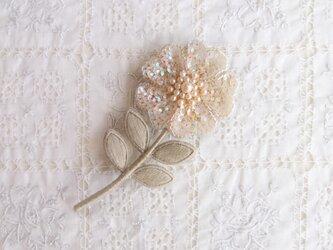 一輪のお花のブローチ (ベージュ系)の画像