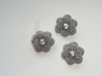 小さな花*薄墨 レース編みのビーズブローチの画像