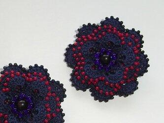 花*紺赤 レース編みのビーズブローチの画像