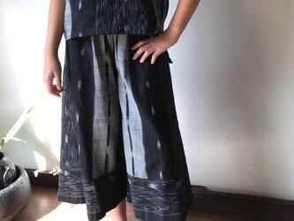 シンプルにはけるけど縦横の生地使いが楽しい手織り綿ガウチョパンツの画像