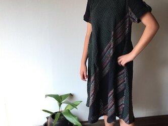 NHK「べっぴんさん」にてももクロ百田さん着用ロングセラー 後ろリボンとバイアス、ハイカラーの手織り綿ワンピース 黒緑絣の画像