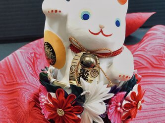 つまみ細工 花籠に入った幸せの招き猫(紅白鶴)の画像