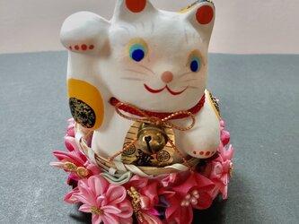 つまみ細工 花籠に入った幸せの招き猫(桜色)の画像