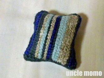 ドール用ツヴィスト刺繍のクッション Blue Grey 1/12ミニチュア・ファブリックの画像