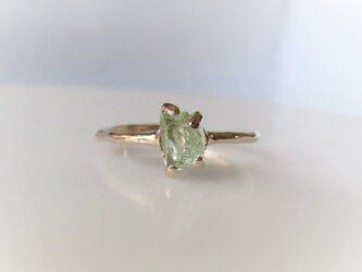 グロッシュラーガーネットの原石の指輪(グリーン)の画像
