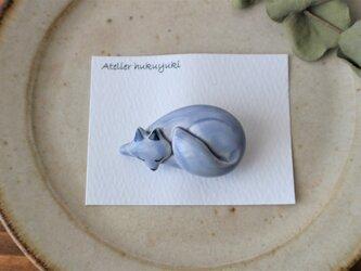 陶器で作った きつねのブローチの画像