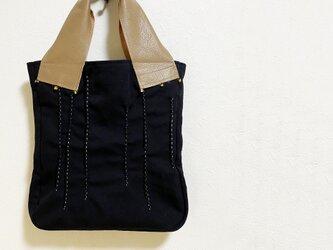 つまみ縫い刺し子模様の黒いかばんの画像