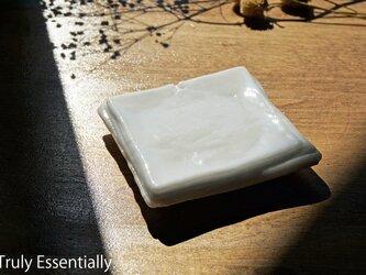 純白ガラスのアクセサリートレイ -「 KAZEの肌 」● 11cm ● 光沢の画像