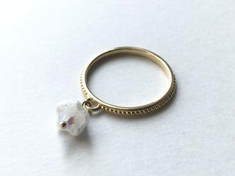 【リング・指輪/白いベルフラワーの揺れる指輪】 スワロフスキー使用 揺れる花モチーフ 重ね付けにもおすすめのリングですの画像