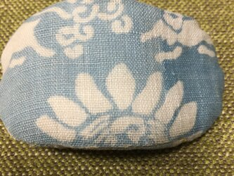ブルーの兎と花柄のバレッタの画像