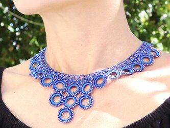ビーズのネックレス「ビブ・リング」サファイア・ブルーの画像