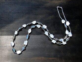 ラブラドライトとレインボームーンストーンのネックレスです(約76cm)の画像
