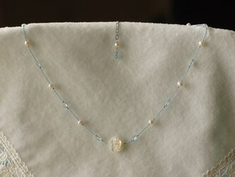 シェルの白バラとアクアマリンのシルクコードネックレス N5の画像