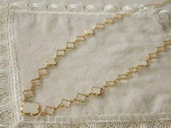 白い花のモチーフのロングネックレス LN8の画像