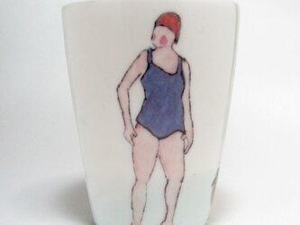 イギリス作家の手作りコップ  「スイマーと鴨」 (女性、赤ぼうし)の画像
