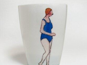 イギリス作家の手作りコップ 「スイマー」(女性、赤ぼうし)の画像